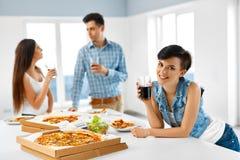 Pisak i kruk Przyjaciele Ma gościa restauracji Indoors, Jedzący fast food Cel Fotografia Royalty Free