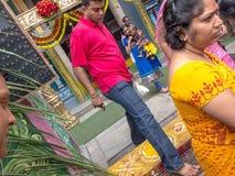 Pisando para fora do templo em Hyderabad, Índia imagens de stock royalty free