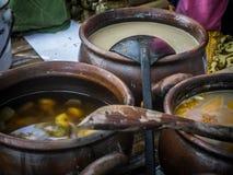 Pisang tradizionale indonesiano del kolak della squisitezza dell'alimento banana dolce con zucchero di palma fotografie stock libere da diritti