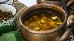 Pisang tradizionale indonesiano del kolak della squisitezza dell'alimento banana dolce con zucchero di palma fotografia stock libera da diritti