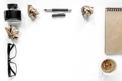 Pisarski pojęcie Szkieł, pióra i rocznika notatnik na białym tło odgórnego widoku copyspace, Zdjęcie Royalty Free