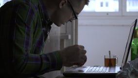 Pisarz lub programista pracujemy w domu dla laptopu nie dla pierwszy dnia Mężczyzna dostaje gniewnym i zaczyna dymić a zdjęcie wideo