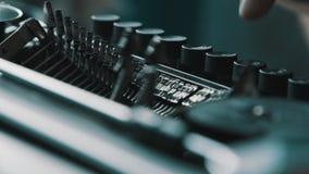 Pisarz pisać na maszynie z retro writing maszyną zdjęcie wideo