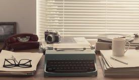Pisarza i dziennikarza rocznika desktop z maszyna do pisania zdjęcie royalty free