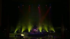 Piscamento claro amarelo em uma fase vazia na obscuridade Encene a iluminação video estoque