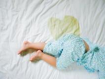 Piscialletto: La pipi su un materasso, piedi del bambino della bambina ed orina a letto strato, il concetto di sviluppo infantile immagini stock