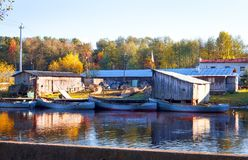 A piscicultura com os barcos no rio Fotografia de Stock