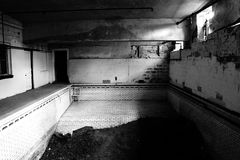 Piscina abbandonata della High School fotografie stock libere da diritti