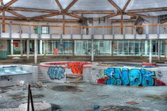 Piscina abbandonata e rovinata sull'hotel Fotografie Stock
