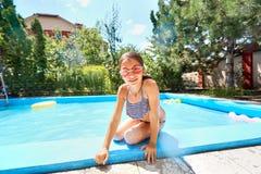 Piscina adolescente de la muchacha en verano Fotos de archivo libres de regalías