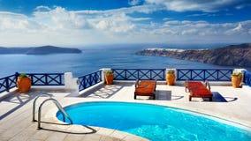 Piscina al aire libre de lujo, viaje, vacaciones, relajación, fondo Fotos de archivo libres de regalías