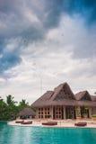 Piscina al aire libre del centro turístico del hotel de lujo cerca Imagen de archivo libre de regalías