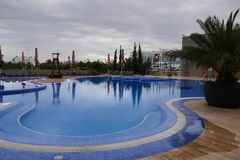 Piscina al aire libre en el hotel Foto de archivo libre de regalías