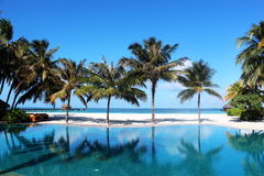 Piscina al aire libre en los Maldivas Fotos de archivo