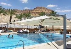 Piscina all'aperto ad un hotel di località di soggiorno del mar Morto immagini stock libere da diritti