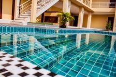 Piscina all'aperto in dettaglio tropicale di vista della località di soggiorno in Tailandia immagine stock libera da diritti