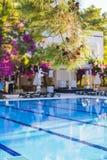 Piscina all'hotel con la barra Hotel vuoto, palme, ombrelli Immagini Stock Libere da Diritti