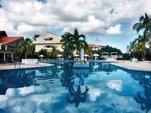Piscina alla località di soggiorno di Sol Rio de Luna Mares del cubano fotografie stock libere da diritti