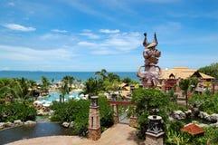 Piscina alla spiaggia dell'hotel popolare Immagini Stock Libere da Diritti