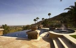Piscina ao ar livre da mansão moderna da borda negativa Fotografia de Stock Royalty Free