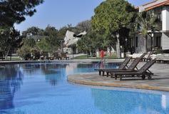 Piscina ao ar livre de um hotel Fotos de Stock Royalty Free