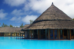 Piscina ao ar livre tropical com restaurante Imagem de Stock