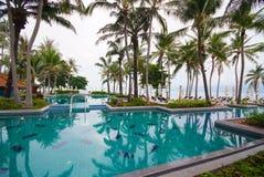 Piscina ao lado do mar com árvore de coco. Imagem de Stock Royalty Free