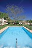 Piscina asoleada, de lujo en España foto de archivo libre de regalías