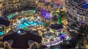 Piscina asombrosa en un centro turístico en el timelapse céntrico de Dubai, Dubai, UAE almacen de metraje de vídeo