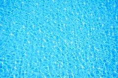 Piscina azul con la reflexión Foto de archivo