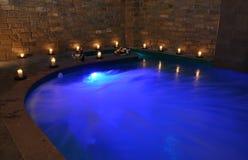 Piscina azul con las luces Imagen de archivo