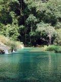 piscina azul Multi-hued de Semuc Champey Fotos de archivo