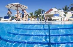 Piscina Bahia Principe Aquamarine grande do hotel imagem de stock
