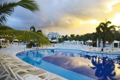 Piscina Bahia Principe Aquamarine grande do hotel fotografia de stock