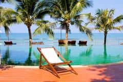 Piscina bonita alinhada com palmeiras fotografia de stock royalty free