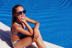 Piscina cercana relajante de la muchacha adolescente Imágenes de archivo libres de regalías