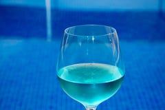 Piscina com água clara Mala de viagem, chapéu e vidros Fotos de Stock Royalty Free