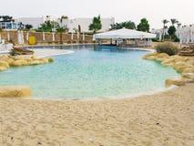 Piscina com entrada da areia em Egito Sol-vadios vazios perto da associação fotografia de stock royalty free
