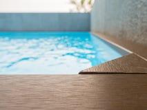 Piscina com a plataforma de madeira artificial Foto de Stock Royalty Free