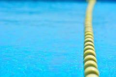 Piscina con acqua trasparente, con la linea di galleggiante gialla dell'indicatore fotografia stock