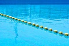 Piscina con acqua trasparente, con la linea di galleggiante gialla dell'indicatore immagine stock