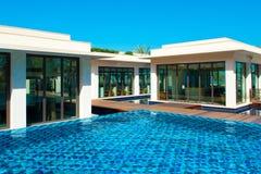 Piscina con el edificio del agua azul y del restaurante Imágenes de archivo libres de regalías