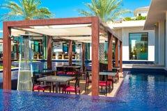 Piscina con el edificio del agua azul y del restaurante Fotografía de archivo libre de regalías