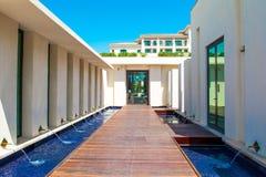 Piscina con el edificio del agua azul y del restaurante Imagen de archivo libre de regalías