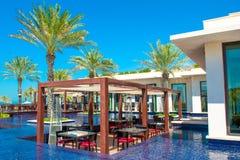 Piscina con el edificio del agua azul y del restaurante Imagen de archivo