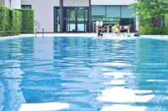 Piscina con el nadador, fondo fotografía de archivo libre de regalías