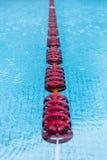 Piscina con i galleggianti rossi fotografia stock