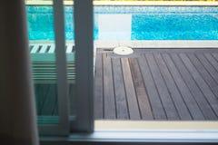 Piscina con il pavimento di legno a casa Fotografia Stock