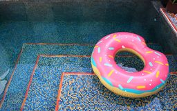 Piscina con l'anello di nuotata Immagini Stock Libere da Diritti