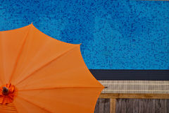 Piscina con l'ombrello arancione fotografia stock libera da diritti